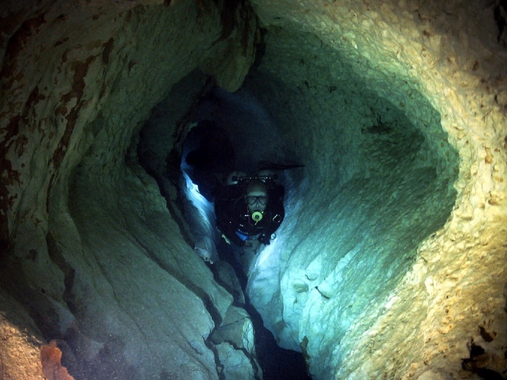 tight spot, cavediving, creepy